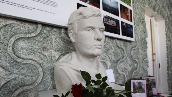 Busto del corresponsal gráfico ruso Andréi Stenin - Sputnik Mundo
