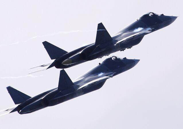 Dos aviones T-50 vuelan durante el Salón Aeroespacial Internacional MAKS 2017