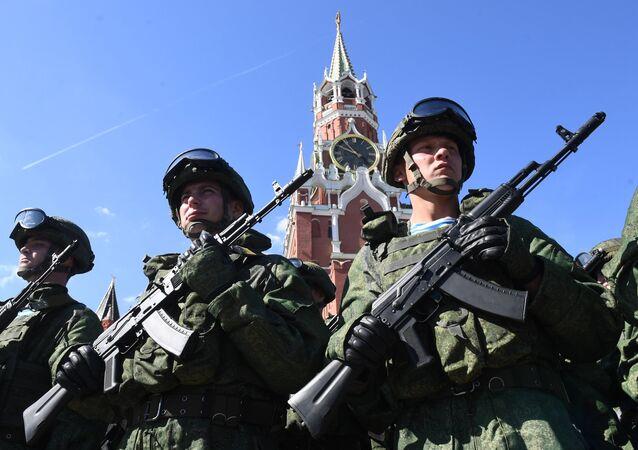 Soldados de las Fuerzas Aerotransportadas de Rusia celebran su 87 aniversario en la Plaza Roja de Moscú