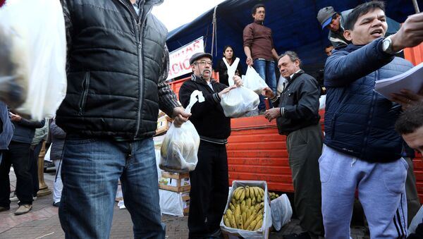 Agricultores argentinos regalando bananas en Buenos Aires - Sputnik Mundo
