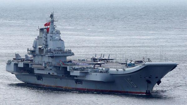 Miembros de la Armada china son vistos a bordo del portaviones Liaoning mientras navega hacia Hong Kong (imagen referencial) - Sputnik Mundo