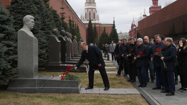 Presidente del Comité Central del Partido Comunista GennadI Ziugánov deposita flores en la tumba de Iósif Stalin a la pared del Kremlin de Moscú - Sputnik Mundo