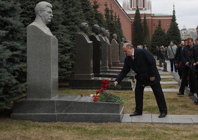 Presidente del Comité Central del Partido Comunista GennadI Ziugánov deposita flores en la tumba de Iósif Stalin a la pared del Kremlin de Moscú