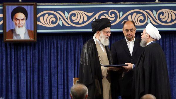 El líder supremo de Irán, el ayatolá Alí Jameneí y el presidente del Irán, Hasán Rohani - Sputnik Mundo