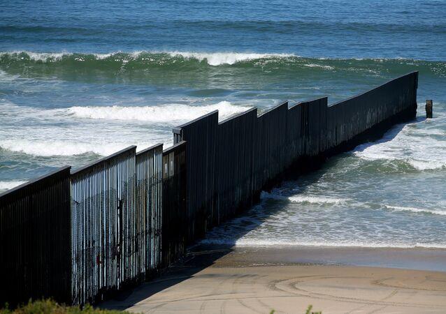 El muro fronterizo entre EEUU y México (archivo)