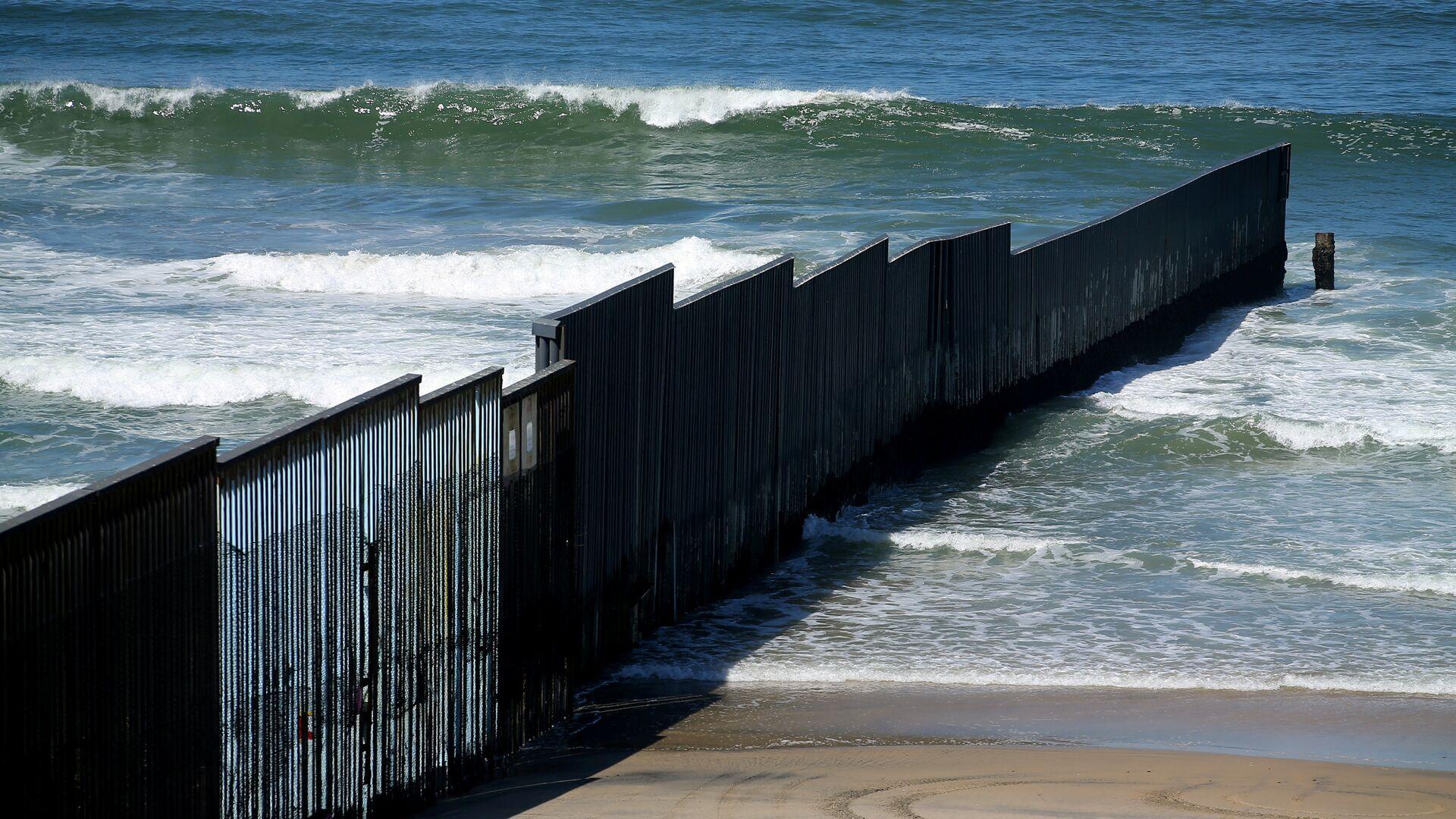 El muro fronterizo entre EEUU y México - Sputnik Mundo, 1920, 16.06.2021