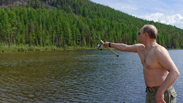 Vladímir Putin pescando (archivo) - Sputnik Mundo