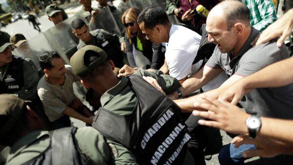 Un hombre pelea con la Guardia Nacional Bolivariana que impide a fiscal general de Venezuela ingreso a su oficina - Sputnik Mundo