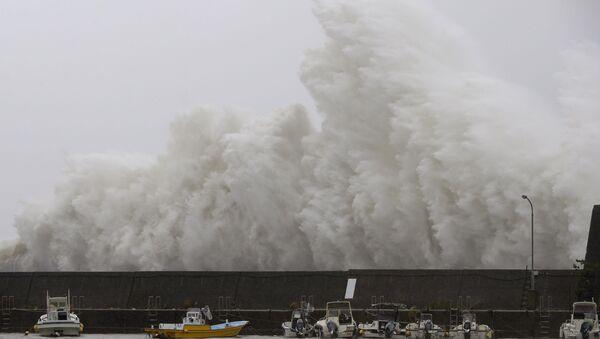 El impacto de un tifón (imagen referencial) - Sputnik Mundo