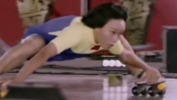 Flexibilidad sobrenatural: una joven china pasa bajo 18 autos en patines - Sputnik Mundo