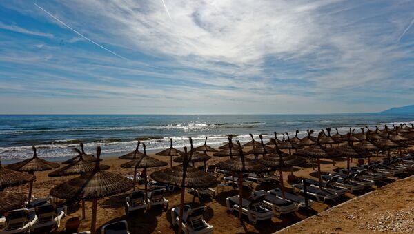 Playa turística en Marbella, España - Sputnik Mundo