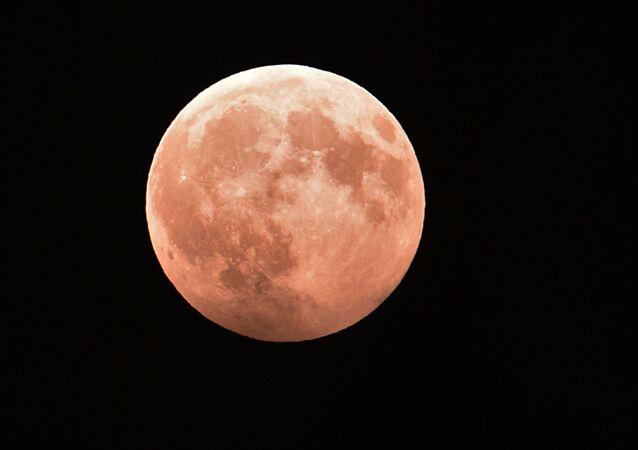 Un eclipse lunar parcial observado desde Grozni, Chechenia (archivo)