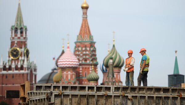 Unos obreros en Moscú - Sputnik Mundo