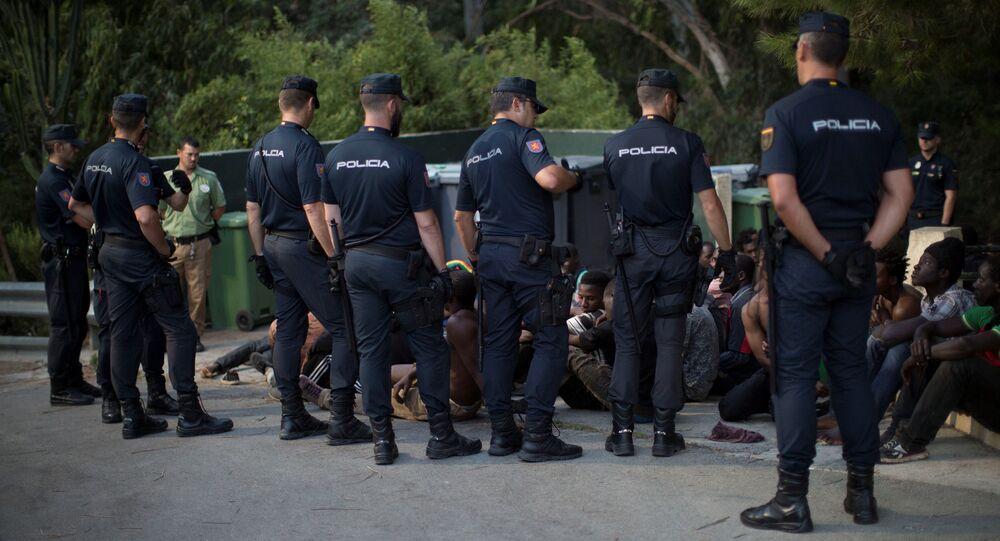 Las policías españoles rodean a los migrantes africanos en Ceuta