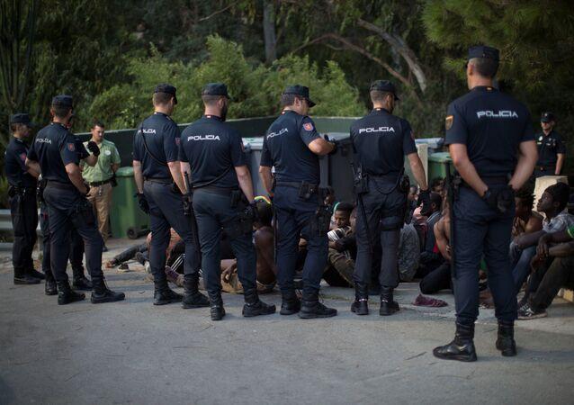 Las policías espanoles rodean a los migrantes africanos en Ceuta (archivo)