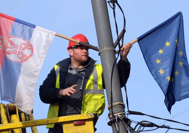 Las banderas de Serbia y la UE