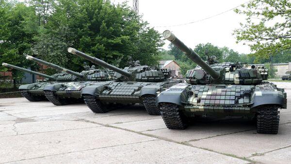 Los tanques T-72 y T-64 en la presentación de la maquinaria bélica en la fábrica de Lviv, Ucrania - Sputnik Mundo