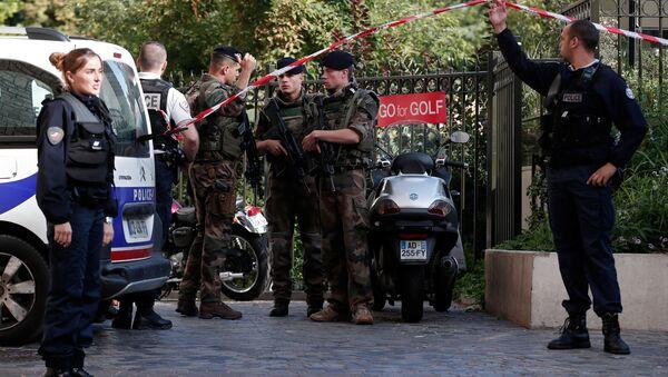 Policías y soldados del ejército de Francia en el lugar del atentado - Sputnik Mundo