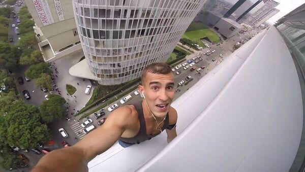 La policía caza al 'spiderman ruso' después de coronar un rascacielos de 120 metros - Sputnik Mundo