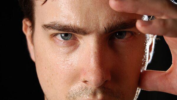 Un hombre sudando e infeliz - Sputnik Mundo