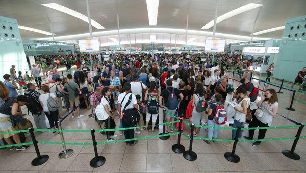 La gente en el aeropuerto de Barcelona-El Prat - Sputnik Mundo