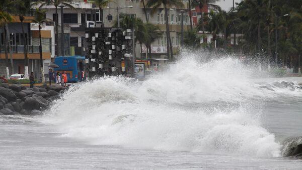 Las olas en Veracruz antes de la llegada del huracán Franklin, México - Sputnik Mundo