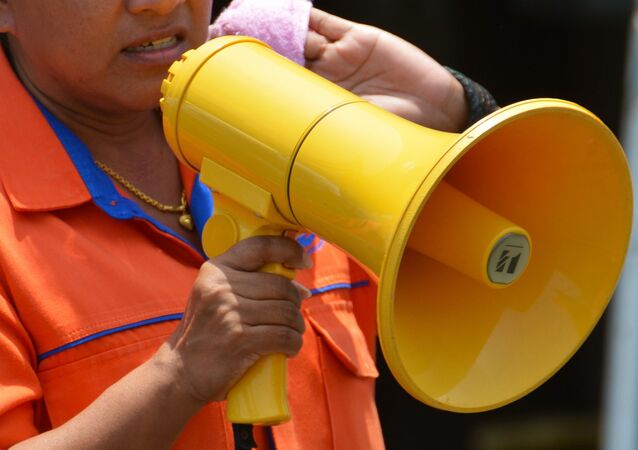 Mujer con un megáfono