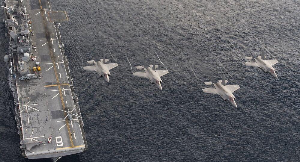 Los cazas estadounidenses F-35B sobrevuelan el buque de asalto anfibio USS Amercia (imagen referencial)