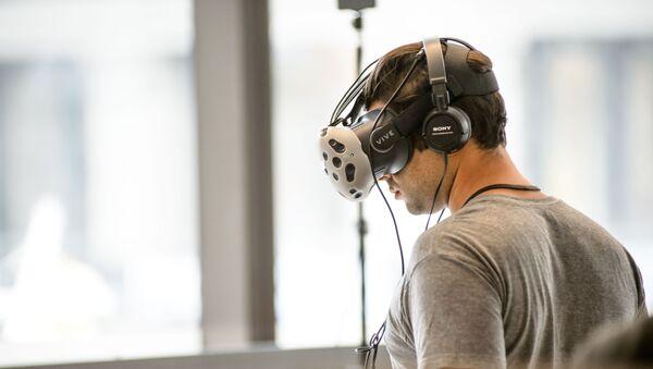 Una persona durante un juego de realidad virtual (imagen referencial) - Sputnik Mundo