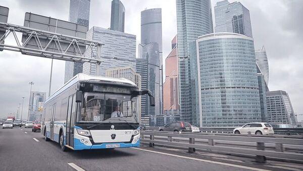 El autobús eléctrico del Grupo GAZ en las carreteras de la capital rusa - Sputnik Mundo