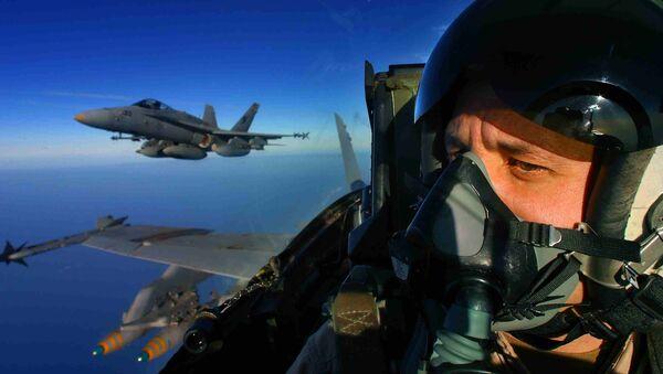 Un piloto del avión estadounidense F/A-18 Hornet - Sputnik Mundo