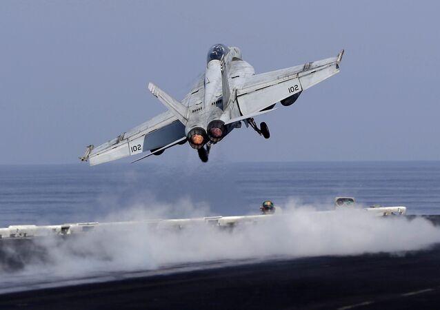 Un caza estadounidense despega de un portaviones de EEUU para apoyar la operación antiterrorista en Siria (archivo)