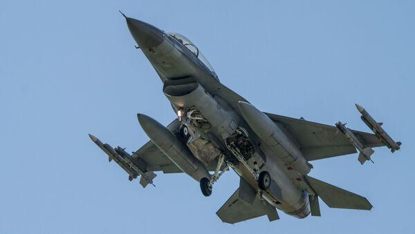 Un caza estadounidense F-16 - Sputnik Mundo