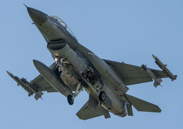 Un caza estadounidense F-16, capaz de portar bombas atómicas B61