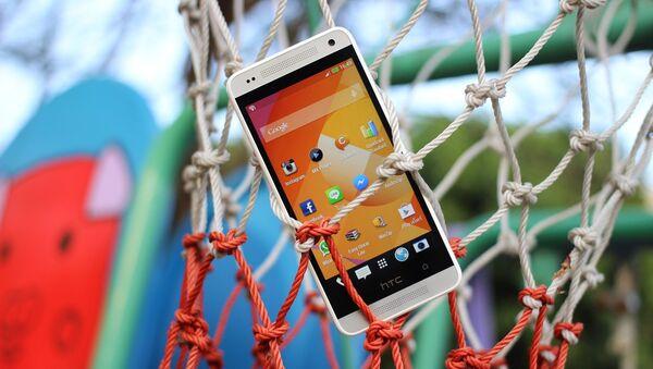 Un teléfono móvil con el sistema operativo Android - Sputnik Mundo