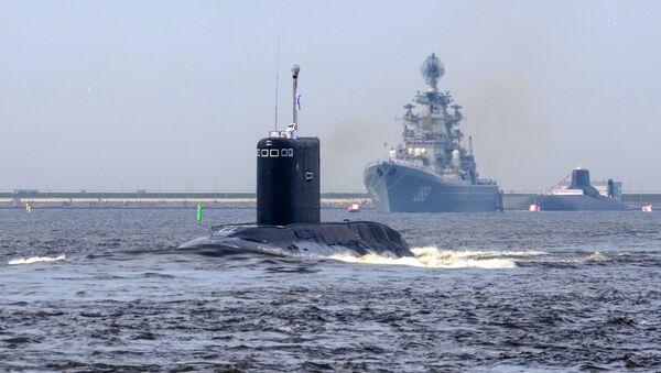 Ensayo de un desfile naval en Rusia (submarino Kolpino, crucero nuclear Piotr Veliki) - Sputnik Mundo