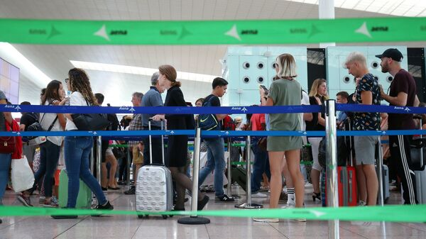 Pasajeros haciendo cola en el aeropuerto de Barcelona, España - Sputnik Mundo