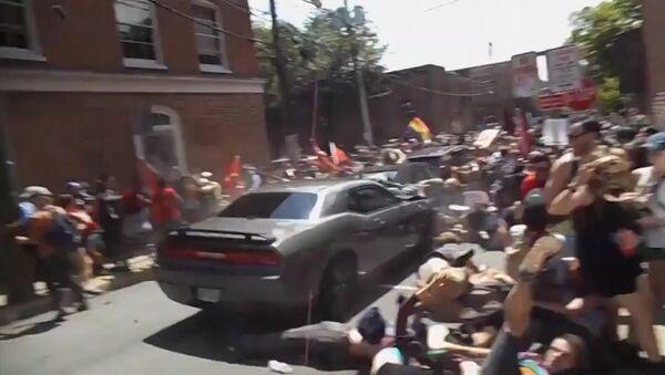 Un automóvil embiste contra manifestantes - Sputnik Mundo