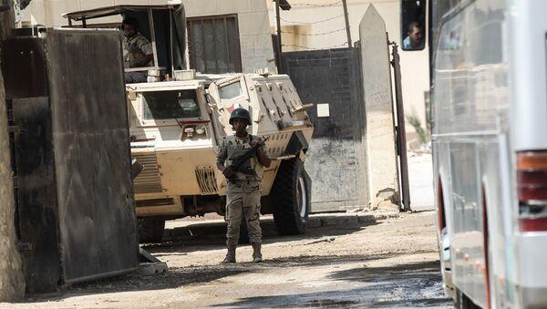 Un guardia de las fuerzas de seguridad de Egipto controlando la frontera para permitir la salida de grupos de peregrinos palestinos - Sputnik Mundo