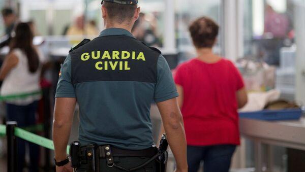Agente de la Guardia Civil en el aeropuerto de Barcelona - Sputnik Mundo