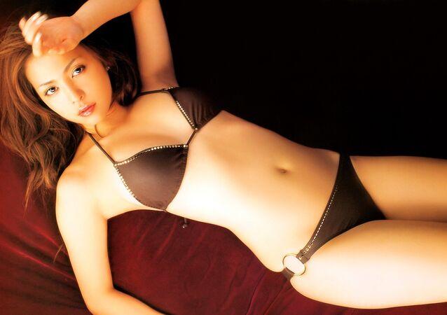 Una modelo japonesa en bikini