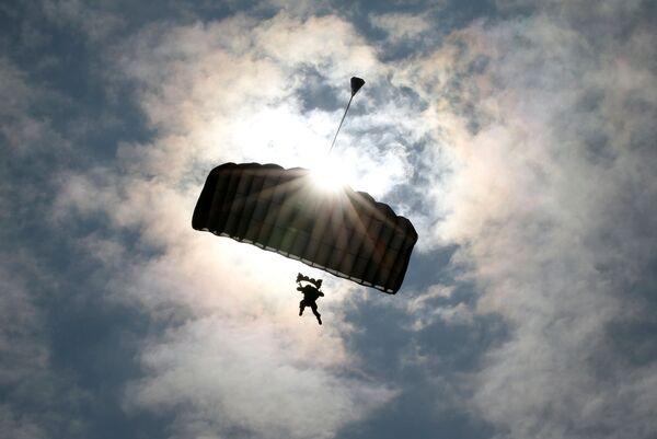 Un militar estadounidense vuela con un paracaídas durante los ejercicios en la isla nipona de Hokkaido - Sputnik Mundo