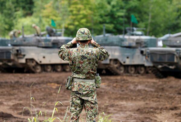 Un soldado de las Fuerzas de Autodefensa de Japón, durante las maniobras conjuntas con EEUU en Hokkaido - Sputnik Mundo