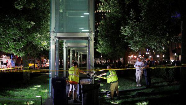 Un trabajador limpia los vidrios rotos del monumento a las víctimas del Holocausto en Boston, EEUU - Sputnik Mundo