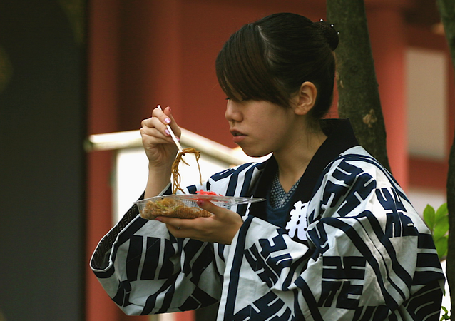Una japonesa comiendo