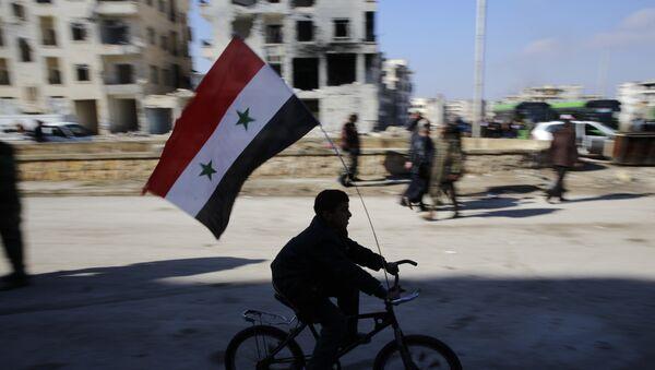 Un niño en bicicleta con la bandera de Siria (archivo) - Sputnik Mundo
