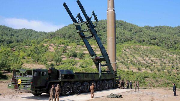 Misil balístico norcoreano Hwasong (archivo) - Sputnik Mundo