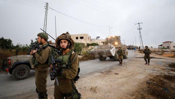 Soldados del Ejército israelí durante la demolición de la vivienda familiar de Omar Abed - Sputnik Mundo