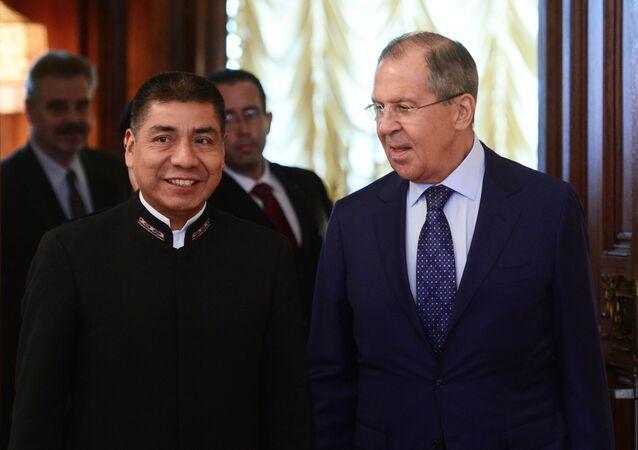 El canciller de Bolivia, Fernando Huanacuni Mamani, y el canciller de Rusia, Serguéi Lavrov