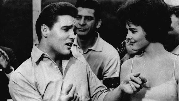 Элвис Пресли в сцене из фильма «Кид Галахад» - Sputnik Mundo